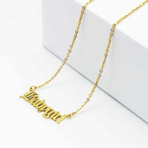 Χρυσό κολιέ με κρεμαστή επιγραφή babygirl