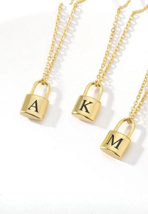 Χρυσό κολιέ με κρεμαστό σύμβολο κλειδαριά με χαραγμένο μονόγραμα